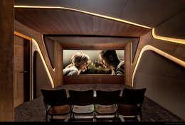 Salas multimedia de estilo minimalista por Barefoot Design