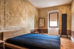 Atelye 70 Planners & Architects – Gabriel Apartment Bedroom: modern tarz Yatak Odası