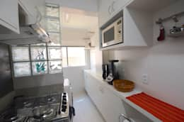 Cocinas de estilo minimalista por Natali de Mello - Arquitetura e Arte