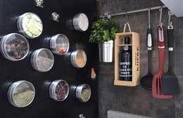 Cocinas de estilo moderno por Natali de Mello - Arquitetura e Arte