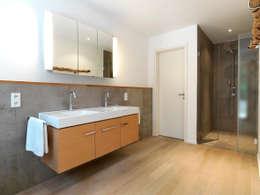 Bad: minimalistische Badezimmer von Bermüller + Hauner Architekturwerkstatt