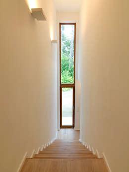 Corridor & hallway by Bermüller + Hauner Architekturwerkstatt
