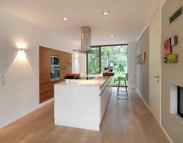 Küche: minimalistische Küche von Bermüller + Hauner Architekturwerkstatt