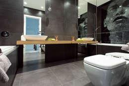 Minimalistyczny Apartament 43m2 Warszawa: styl , w kategorii Łazienka zaprojektowany przez The Vibe