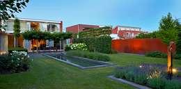 Jardines de estilo moderno por FLORERA , design and realisation gardens and other outdoor spaces.