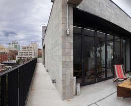 주택 발코니와 도시 조망: 라움플랜 건축사사무소의