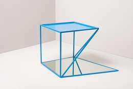 """reorganised sidetable """"lichtblau"""": minimalistische Wohnzimmer von studiophilippbeisheim"""