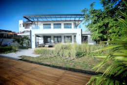 Fachada Posterior: Villas de estilo  por sanzpont [arquitectura]
