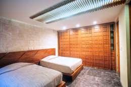 Casa SDLV: Recámaras de estilo moderno por sanzpont [arquitectura]