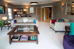 Phòng khách by Design by Deborah Ltd