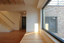 남양주 송촌리 주택: (주)오우재건축사사무소 OUJAE Architects의  거실