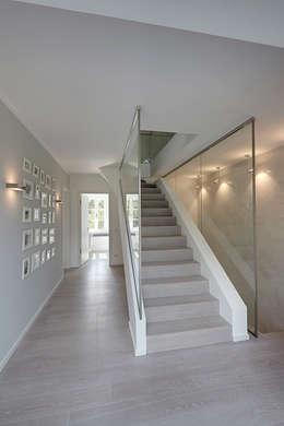 Прихожая, коридор и лестницы в . Автор – 28 Grad Architektur GmbH