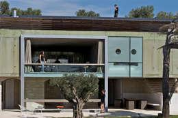 Maison contemporaine sur maison ancienne: Maisons de style de style Méditerranéen par MOA architecture