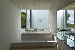 Maison Piscine, St Cyr sur Mer: Salle de bains de style  par MOA architecture