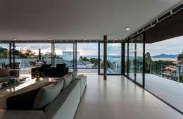 غرفة المعيشة تنفيذ JOBIM CARLEVARO arquitetos