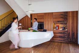 Une cuisine conviviale et pratique pour une famille: Cuisine de style de style Moderne par Charlotte Raynaud Studio