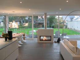 Neubau eines  Einfamilienhauses  mit Garage  50999 Köln: moderne Wohnzimmer von STRICK  Architekten + Ingenieure