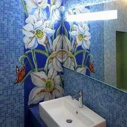 Санузел в частном доме, панно «Нарциссы», Подмосковье, 2010: Ванные комнаты в . Автор – Мастерская 'Мир мозаики и витража'