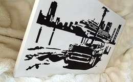 Samochód na tle promu - nowoczesny obraz od portrety w drewnie pl: styl , w kategorii Sztuka zaprojektowany przez Portrety w drewnie pl