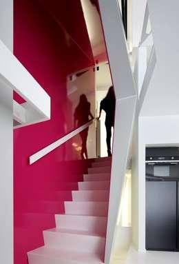 Escalier.: Couloir, Entrée & Escaliers de style de style Moderne par o2-architectes