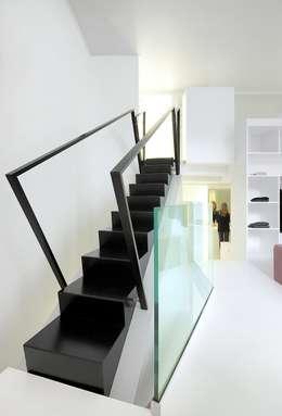 Escalier.: Couloir et hall d'entrée de style  par o2-architectes