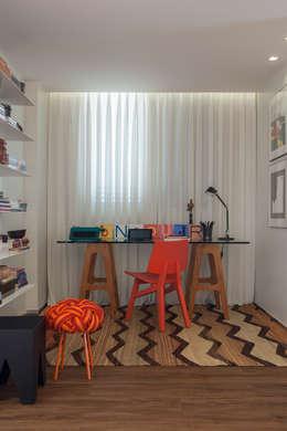 62m2 de muito conforto: Escritórios  por Nara Cunha Arquitetura e Interiores