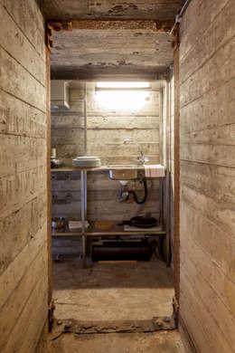 Bunker in Vuren (The Netherlands): industriële Badkamer door B-ILD Architects