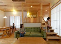 N House: 磯村建築設計事務所が手掛けたリビングルームです。