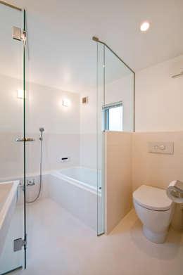 Baños de estilo moderno por 水石浩太建築設計室/ MIZUISHI Architect Atelier