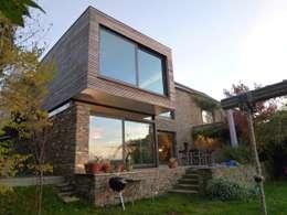 TRANSFORMATION H+L: Maisons de style de style Moderne par Plan 9
