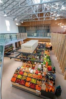 Galerías y espacios comerciales de estilo  por b+t arquitectos