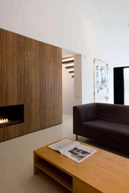 maison M&J, Tervuren: Salon de style de style Moderne par bruno vanbesien architects