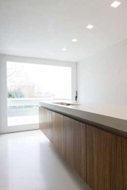 maison M&J, Tervuren: Cuisine de style de style Minimaliste par bruno vanbesien architects