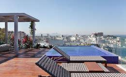 Terrazas de estilo  por House in Rio