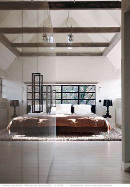 transformatie naar  een ingetogen luxe villa te Heiloo: landelijke Slaapkamer door Heleen Rombout interieurarchitect BNI