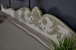 Livings de estilo clásico por The Treasure Trove Shabby Chic & Vintage Furniture