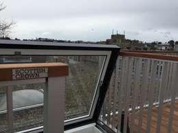 Exclusief glazen dakluik van 2.00x1.00m: modern Balkon, veranda & terras door ScottishCrown Dakterrassen