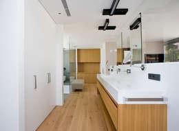modern Bathroom by Jorge Belloch interiorismo