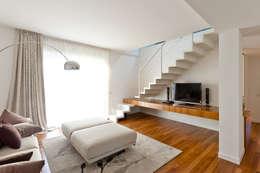 Salones de estilo moderno de Andrea Stortoni Architetto