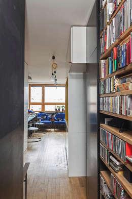 New Fifties: styl , w kategorii Korytarz, przedpokój zaprojektowany przez kacper gronkiewicz architekt
