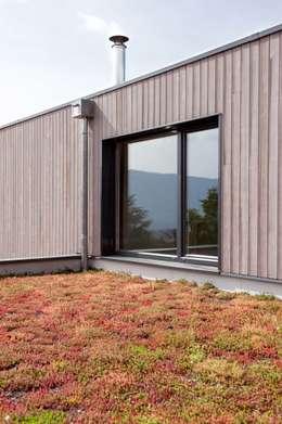 Maison imbriquée: Maisons de style de style Moderne par atelier—ZOU