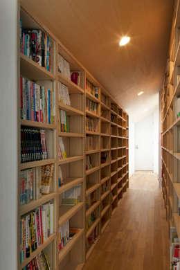 本の回廊: FURUKAWA DESIGN OFFICEが手掛けた廊下 & 玄関です。