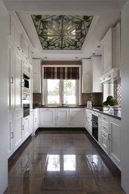 Дом в легкой классике: Кухни в . Автор – MARTINarchitects