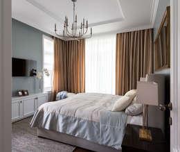 Дом в легкой классике: Спальни в . Автор – MARTINarchitects