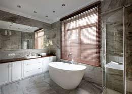Дом в легкой классике: Ванные комнаты в . Автор – MARTINarchitects