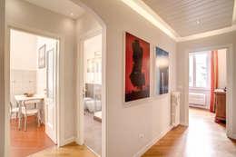 Pasillos y vestíbulos de estilo  de MOB ARCHITECTS