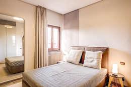 Dormitorios de estilo clásico de MOB ARCHITECTS