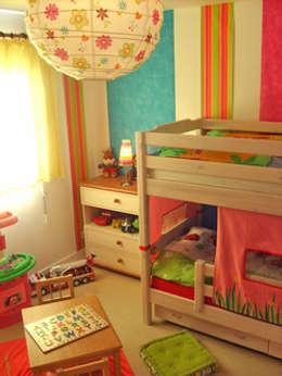 Projet de décoration de la chambre de 2 petites filles: Chambre d'enfant de style de style Moderne par Papillon Déco & Com