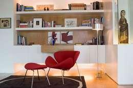 Estante integrada: Sala de estar  por adoroaminhacasa