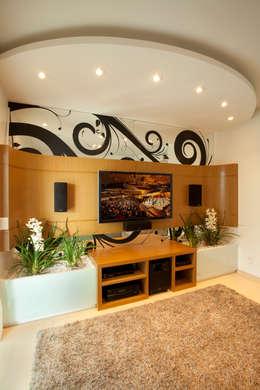 modern Media room by Arquiteto Aquiles Nícolas Kílaris